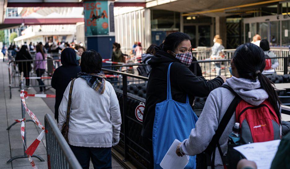 De longues heures d'attente pour obtenir un sac de nourriture, une image devenue habituelle à Genève. JPDS